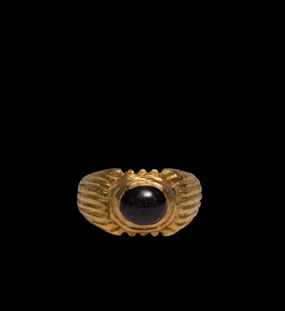 Roman ring - ribbed shoulders and cabochon garnet, 3rd century AD