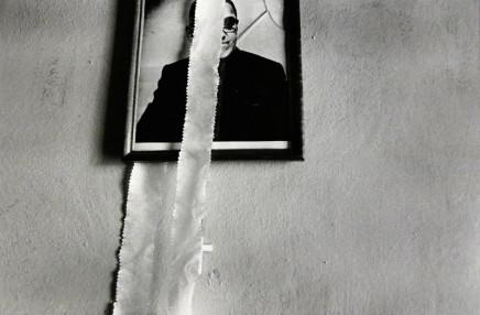 Larry Towell, Oscar Romero, El Salvador [photo on wall], 1986