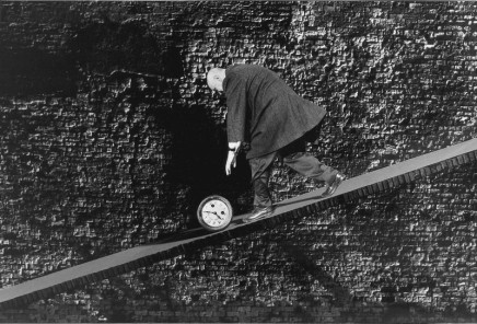 Gilbert Garcin, Courir après le temps - Chasing after time, 1995