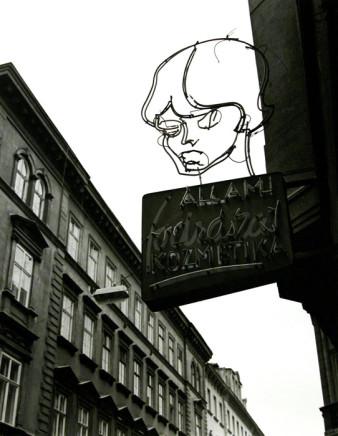 Gabor Szilasi, Salon de coiffure, Budapest [Hairdresser's Sign, Budapest], 1995