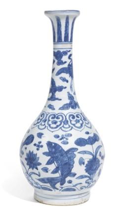 AN UNUSUAL BLUE AND WHITE MING VASE (YUHUCHUN PING) WITH FISH DECORATION, Jiajing (1522-66) / Wanli (1573-1619) circa. 1560-1580
