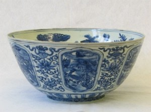 A LARGE AND UNUSUAL CHINESE KRAAK BLUE AND WHITE BOWL, 17TH CENTURY