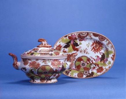 A CHINESE EXPORT 'TOBACCO LEAF' TUREEN COVER AND STAND, Qianlong (1736 - 1795)