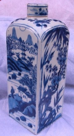 A CHINESE BLUE & WHITE FLASK & COVER, Kangxi (1662-1722)