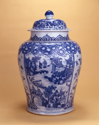 A CHINESE BLUE AND WHITE VASE AND COVER, Kangxi (1662 - 1722)