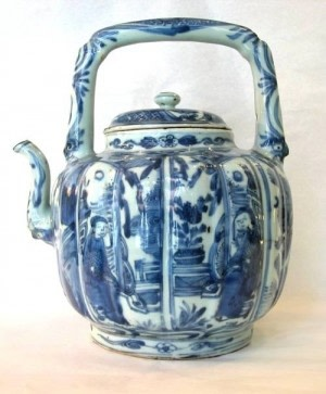A RARE CHINESE BLUE & WHITE WINE POT & COVER, Ming Wanli period (1573-1619