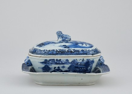 A BLUE AND WHITE SAUCE TUREEN, COVER AND STAND, Qianlong (1736 - 1795)