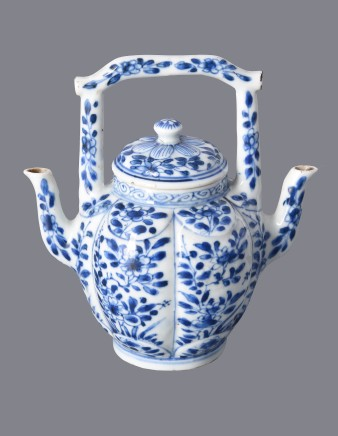 BG72 An Unusual Chinese Blue and White Double-Spouted Teapot, 1662-1722