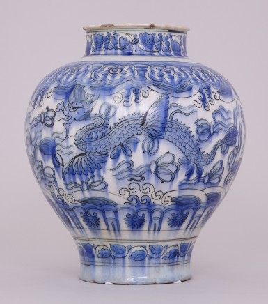 A BLUE AND WHITE PERSIAN SAFAVID JAR, 17世纪