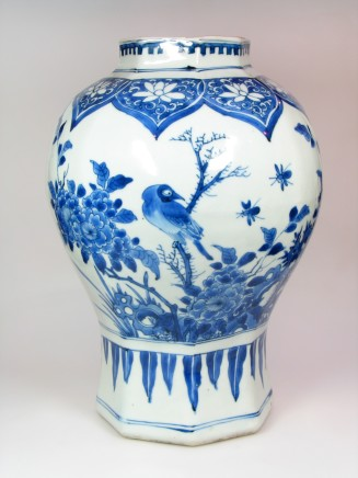 A FINE CHINESE BLUE & WHITE VASE , Transitional (1630-1660)