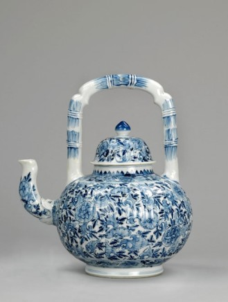 A GRAND CHINESE BLUE & WHITE FLUTED EWER & COVER, Kangxi (1662-1722)