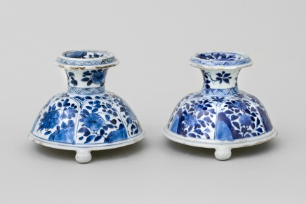 A NEAR PAIR OF CHINESE BLUE AND WHITE TRIPOD SALTS, Kangxi (1662-1722)