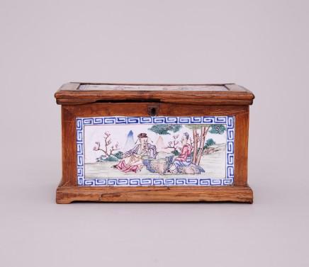 A CHINESE CANTON ENAMEL FAMILLE ROSE BOX, Qianlong (1736-1795)