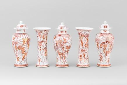 A RARE GARNITURE OF FIVE ROUGE-DE- FER VASES, Kangxi 1662-1722 / Yongzheng 1723-1735