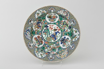 A LARGE AND FINE FAMILLE VERTE DISH, 康熙年间 (1662 – 1722)