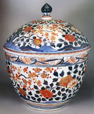 AN IMPRESSIVE JAPANESE IMARI COVERED BOWL, late 17th early 18th century