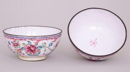 A PAIR OF FAMILLE ROSE CANTON ENAMEL BOWLS, Qianlong (1736-1795)
