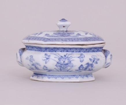 AN UNUSUAL CHINESE BLUE AND WHITE SPICE BOX WITH COVER, 康熙年间 (1662 – 1722)