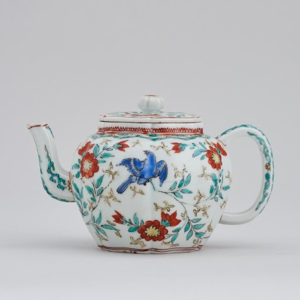 A JAPANESE KAKIEMON TEAPOT AND COVER, Edo period (late 17th century)