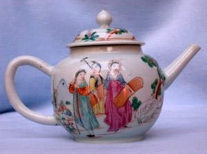 A RARE CHINESE TEAPOT, DECORATED WITH EUROPEAN FIGURES, Qianlong (1735-1796)