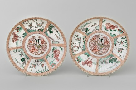 A PAIR OF RARE CHINESE FAMILLE VERTE AND NOIR DISHES, 康熙年间 (1662 – 1722)