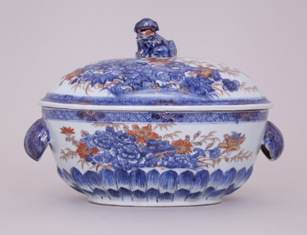 A CHINESE IMARI OVAL TUREEN, First half of the 18th century