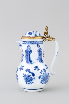 A CHINESE BLUE AND WHITE JUG AND COVER, Kangxi (1662 – 1722)