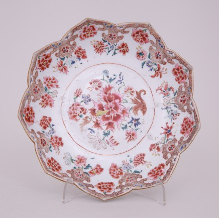 A CHINESE FAMILLE ROSE LOTUS DISH, 乾隆年间 (1736 – 1795)
