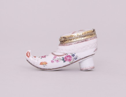 AN UNUSUAL CHINESE FAMILLE ROSE SNUFF BOX SHAPED AS A SHOE, Qianlong (1736-1795)
