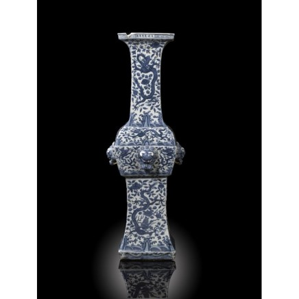 A RARE AND MASSIVE CHINESE BLUE AND WHITE ARCHAISTIC TEMPLE VASE MARK AND PERIOD WANLI, Wanli (1573-1619)