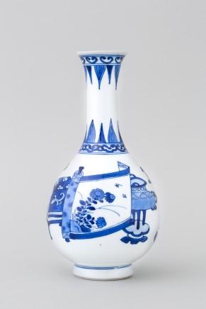 A CHINESE BLUE AND WHITE 'HUNDRED ANTIQUES' BOTTLE VASE, Kangxi (1662 – 1722)