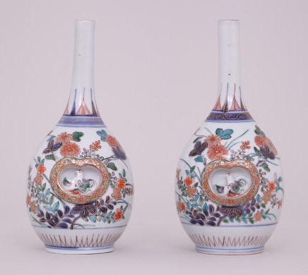 A PAIR OF FINE JAPANESE IMARI BOTTLE VASES, Late 17th – early 18th century