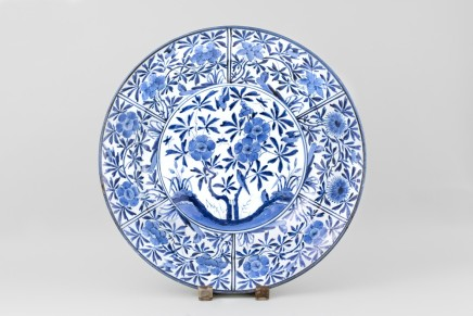A MAGNIFICENT LARGE BLUE AND WHITE JAPANESE ARITA DISH, 18th century