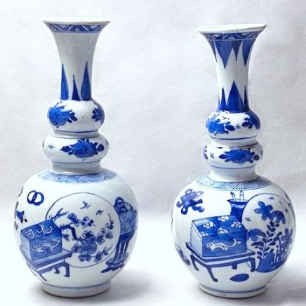 A NEAR PAIR OF RARE CHINESE TRIPLE GOURD VASES, Kangxi (1662 - 1722)