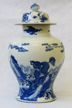 A CHINESE BLUE AND WHITE VASE AND COVER, Kangxi (1662-1722)