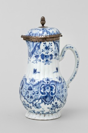 A CHINESE EXPORT COFFEE POT AND COVER, Qianlong (1736-1795)
