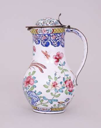 A FINE CHINESE CANTON ENAMEL COFFEE POT WITH COVER, Qianlong (1736-1795)