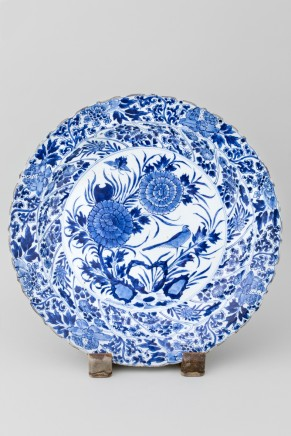 A CHINESE BLUE AND WHITE CHARGER, Kangxi (1662 – 1722)