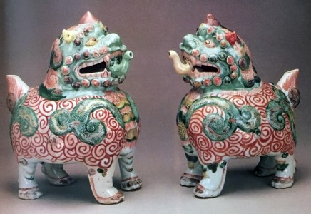 A FINE AND RARE PAIR OF CHINESE FAMILLE VERTE CENSERS or EWERS, Kangxi (1662 - 1722)