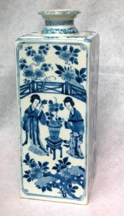 A FINE AND RARE CHINESE BLUE AND WHITE FLASK , Kangxi (1662-1722)