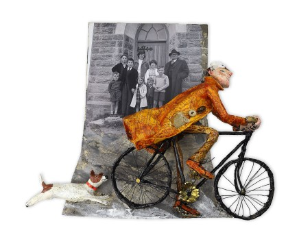 Luned Rhys Parri, Heibio Drws y Capel ar y Beic / Past the Chapel Door on a Bike