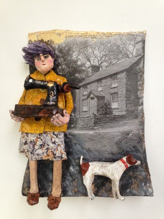 Luned Rhys Parri, O Flaen y Ffermdy â'r Ci Bach / Outside the Farmhouse with Small Dog