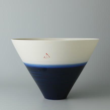 Ali Tomlin AT29: V Bowl - Indigo Porcelain H: 10.5 cm