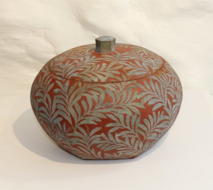 Tadami Hirota, Lidded Container - Trefoil on Matt Red Ground, 2017