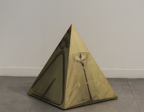 <div class=&#34;artist&#34;><strong>Helen CHADWICK</strong></div><div class=&#34;title&#34;><em>Ego Geometria Sum V: Wigwam - 5 years</em>, 1982-83</div><div class=&#34;medium&#34;>Photographic emulsion on plywood</div><div class=&#34;dimensions&#34;>89 x 79 x 79 cm</div><div class=&#34;stock_number&#34;>&#160;</div>