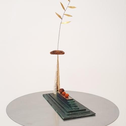 Martin Belou, Chemin, 2021, Bronze, écorce de pins canaria, cuivre, laiton et bigarades, 60 x 14 x 34 cm. Courtesy de l'artiste et de la galerie Catherine Issert