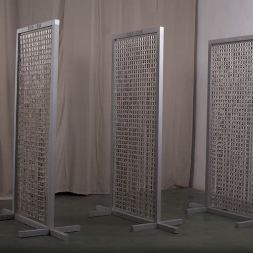 蔡东东《一百年》 Cai Dongdong A Hundred Years 材料:明胶卤化银照片,亚克力盒子,不锈钢连接件,铝门框。 Material: Gelatin silver halide photo, acrylic box, stainless steel connector, aluminum doorframe. 200x200x320cm 2019