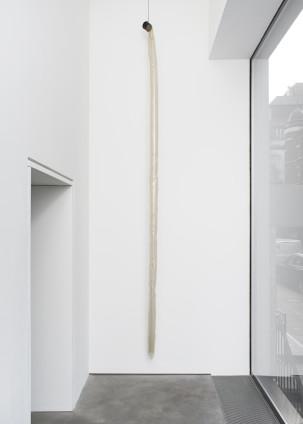 Ian Kiaer Endnote, ping (limb), 2019 Fan, plastic, electrical wire 516 x 26 x 26 cm, 203 1/8 x 10 1/4 x 10 1/4 ins