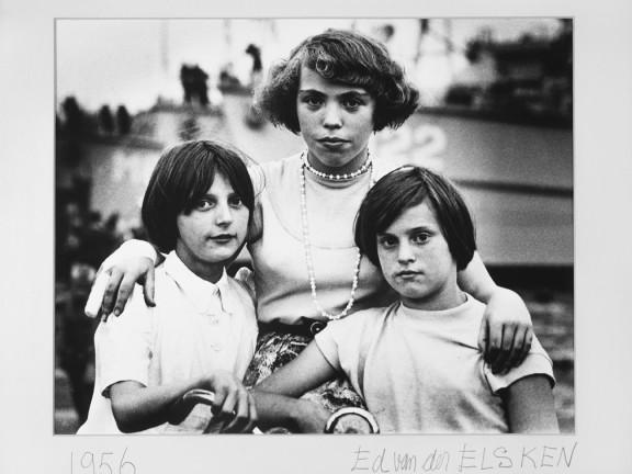 Portret van drie jonge meisjes bij een fiets, Amsterdam, 1956