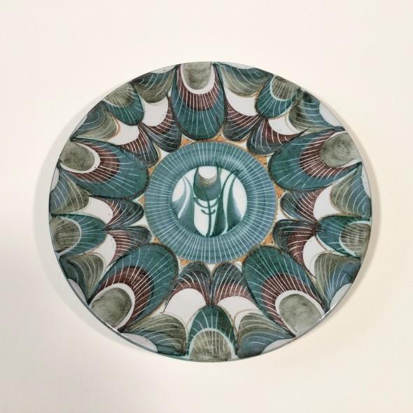 <span class=%22title%22>An Aldermaston Pottery plate with a tulip<span class=%22title_comma%22>, </span></span><span class=%22year%22>1969</span>